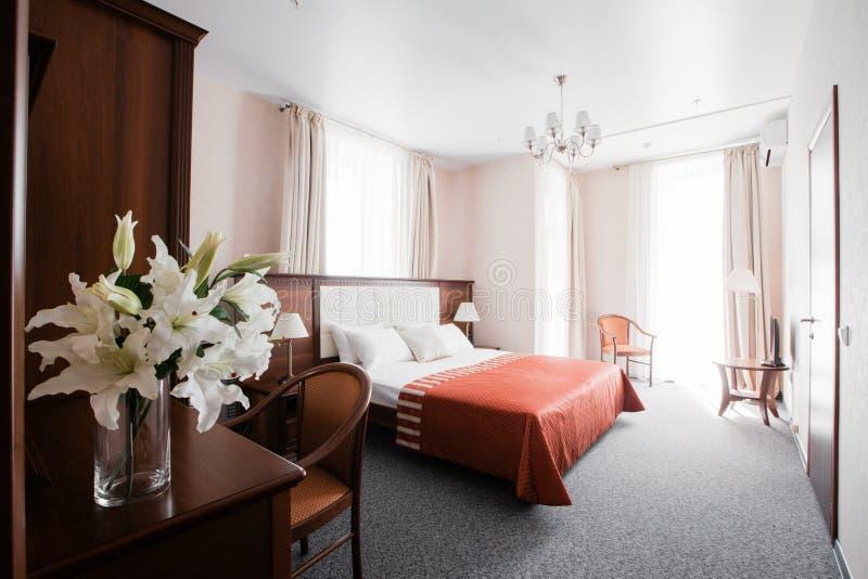 Hotelflat, slaapkamerbinnenland in de ochtend stock fotografie