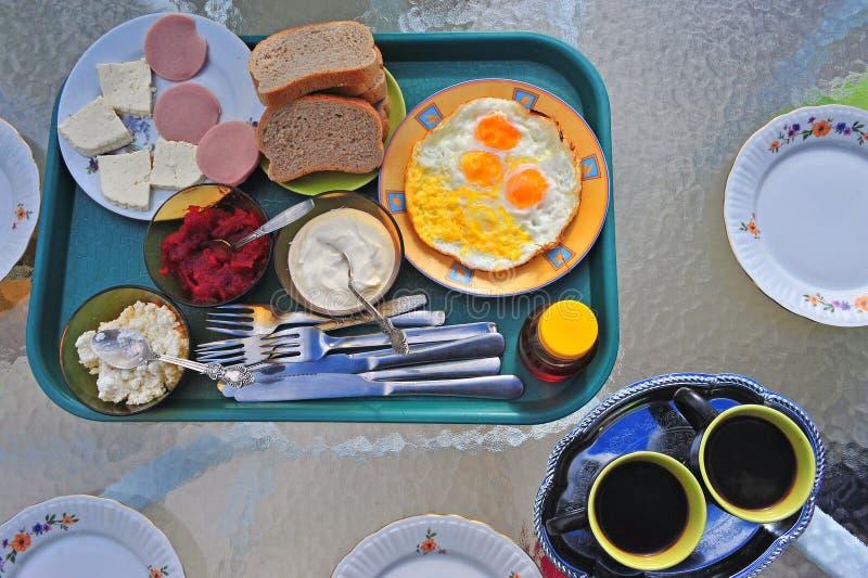 Hotelfrühstück auf dem Tisch lizenzfreies stockbild