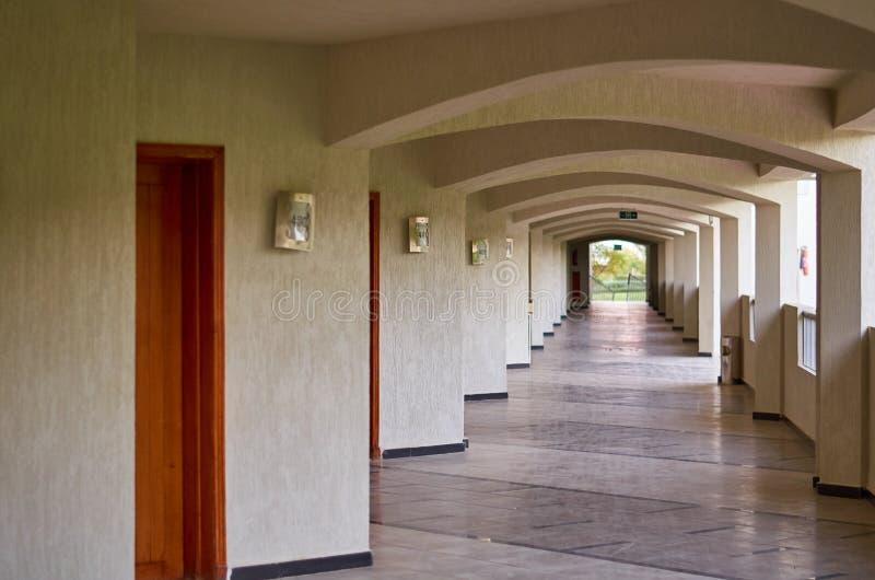 Hotelgang met ruimteaantallen, lange weg royalty-vrije stock foto's