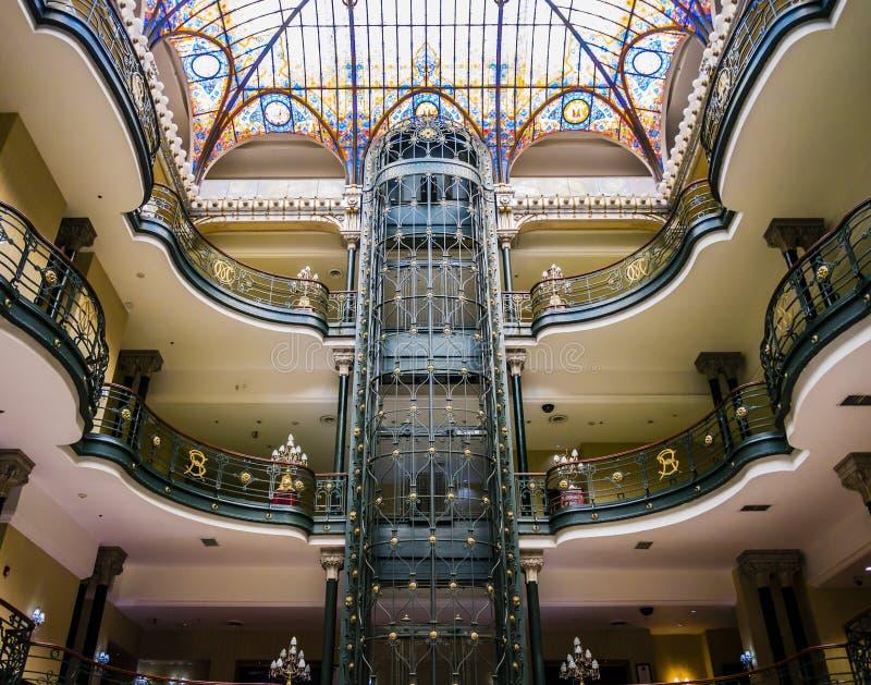 Hotelhal met decoratie in Jugendstilstijl stock foto's