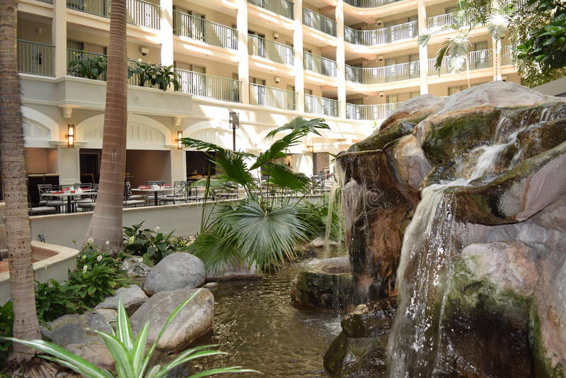 Hotelhal met waterval stock foto