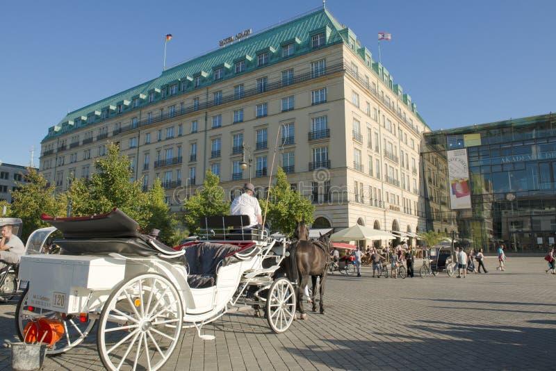 Hotell Adlon, Berlin, med häst-vagnen royaltyfri foto