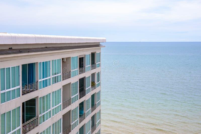 Hotell eller semesterort som bygger nära havsstranden royaltyfri bild