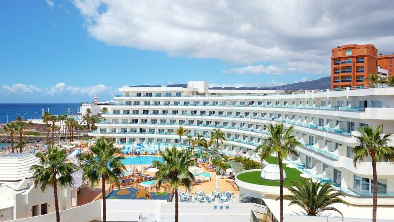 Hotell för familj för Lahalvliter mjölk Beachfront, Tenerife, kanariefågelöar, Spanien arkivfoton