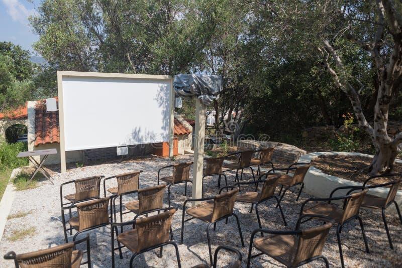 Hotell för seminarium för bio för utomhus- projektorskärm hemlagat med platsmellanrumet arkivfoton