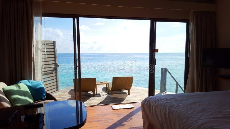 Hotell för villa för havssiktsvatten på den Maldiverna ön royaltyfria bilder