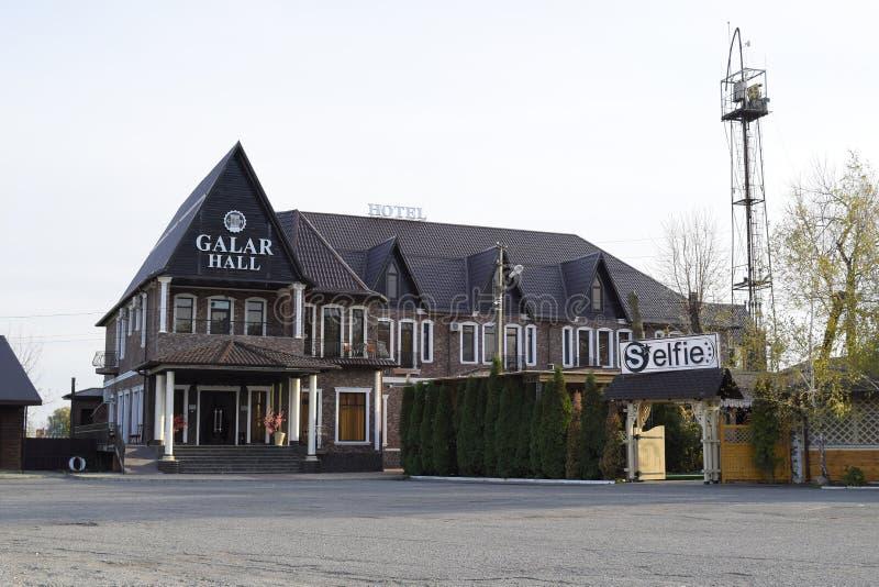 Hotell Galar Hall och ett närliggande gatakafé Området nära floden, bredvid pir fotografering för bildbyråer