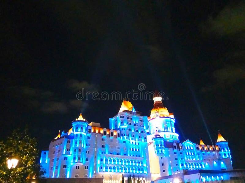hotell i form av en sagaslott på natten med härlig belysning fotografering för bildbyråer