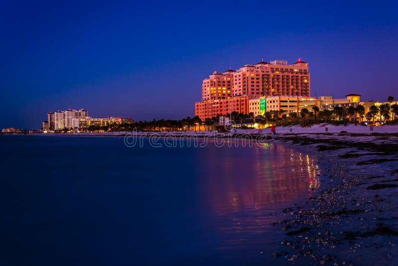 Hotell längs golfen av Mexico på natten i Clearwater sätter på land, Fl royaltyfria foton