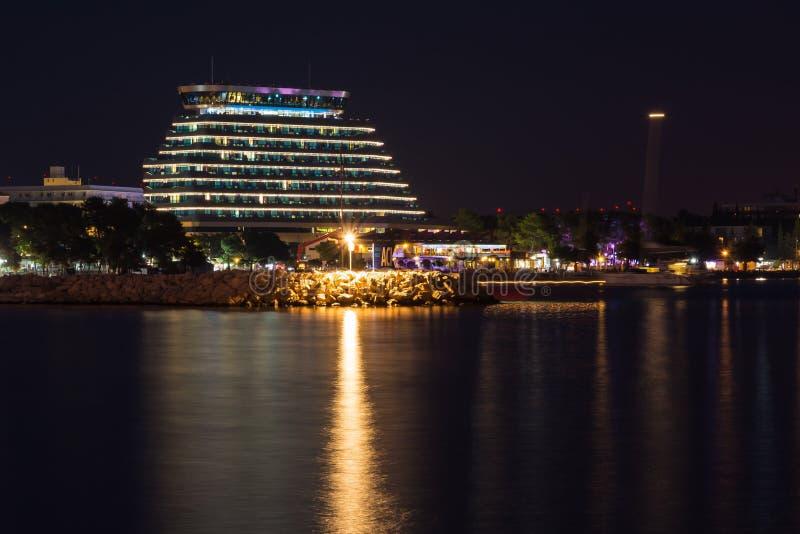 Hotell nära Vodice Kroatien som reflekterar på skymningvattensommar Tr royaltyfri foto