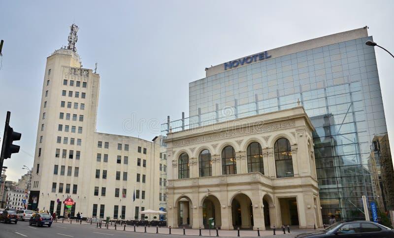 Hotell Novotel och Bucharest telefonslott royaltyfri fotografi