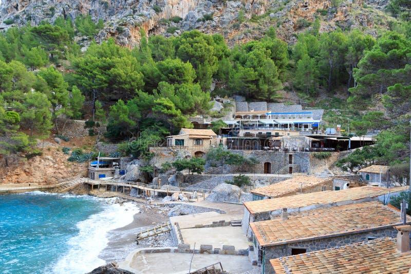 Hotell och restauranger i Port de Sa Calobra, Majorca royaltyfria bilder