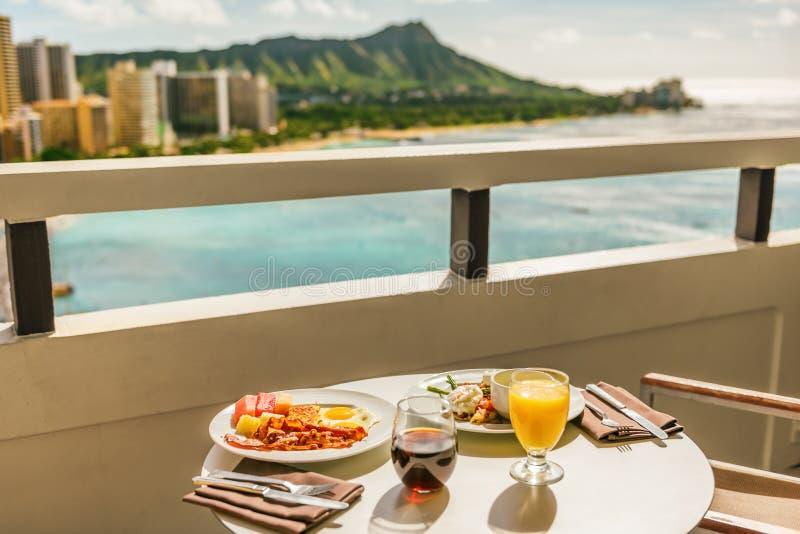Hotell- och rumsfrukost på balkony, syn på Waikiki-stranden, Honolulu, Hawaii Mat till amerikanska frukost i lyxen arkivbild