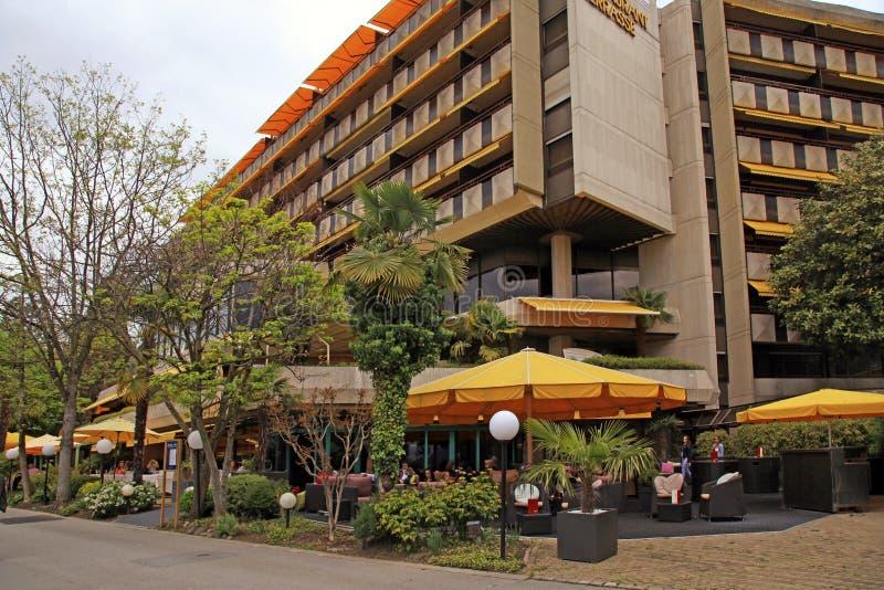 Hotell och utomhus- kafé på promenad av Montreux, Schweiz arkivfoto