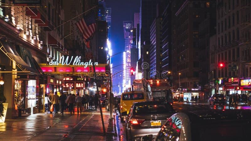 Hotell på den 7th avenyn på natten efter regn royaltyfri fotografi