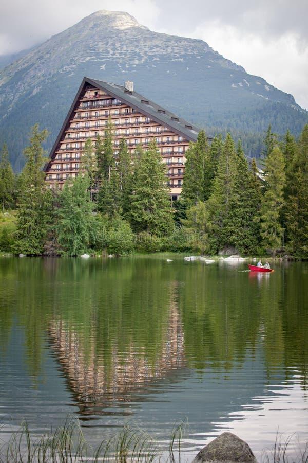 Hotell Patria nära tarn Strbske Pleso på höga tatras, Slovakien arkivbilder
