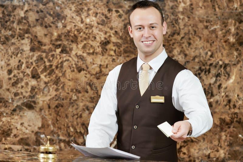 Hotellarbetare med det nyckel- kortet royaltyfri fotografi