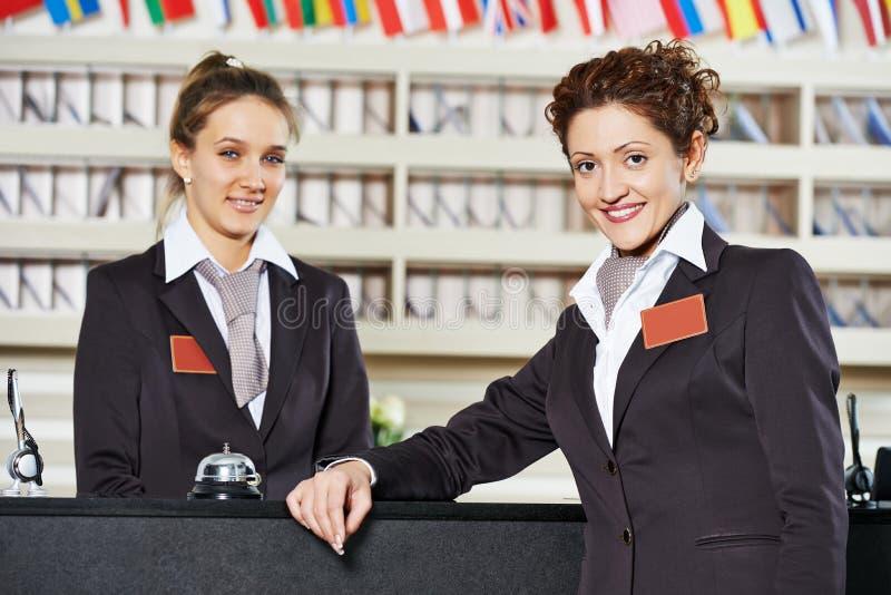 Hotellarbetare på mottagande royaltyfria foton
