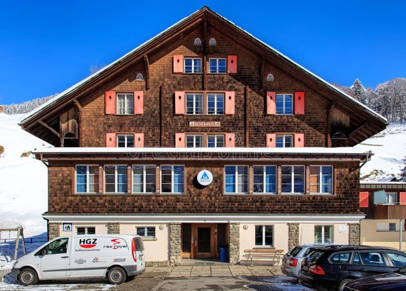 HotellBerghaus byggnad i Engelberg, Schweiz royaltyfri fotografi