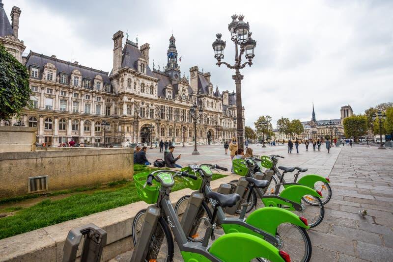 Hotellet de Ville med cyklar för hyra, stadshuset av Paris, Frankrike Denna byggnad inhyser staden av Paris administrat fotografering för bildbyråer