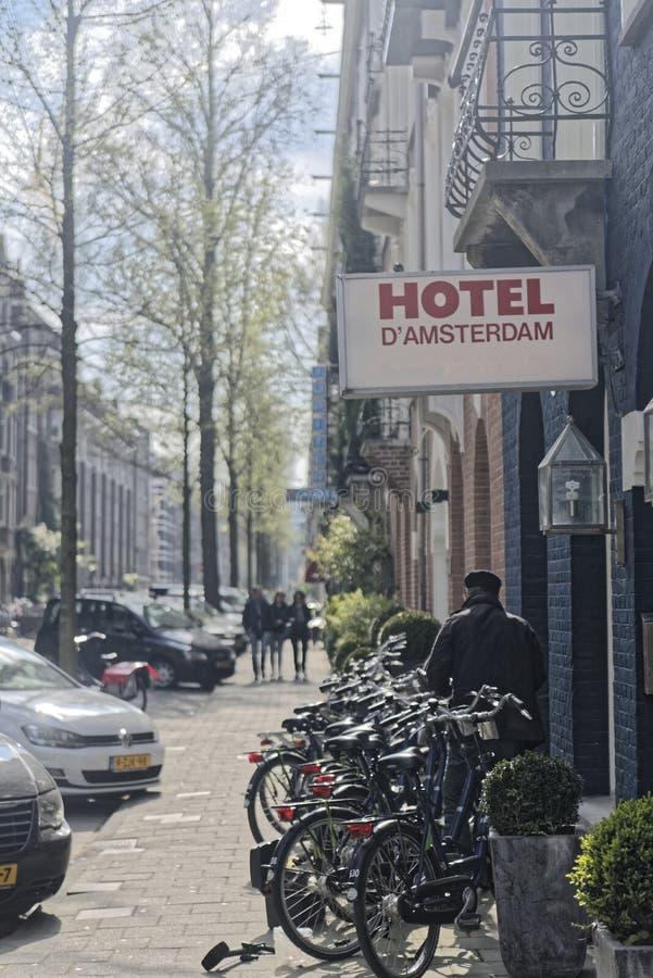 Hotellet med cyklar parkerade framme av det i Amsterdam arkivfoton