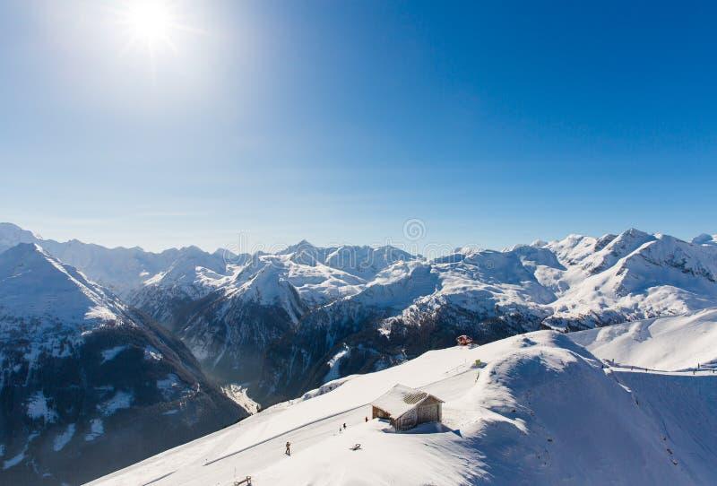 Hotellet skidar in semesterorten dåliga Gastein i snöig berg för vinter, Österrike, land Salzburg arkivfoto