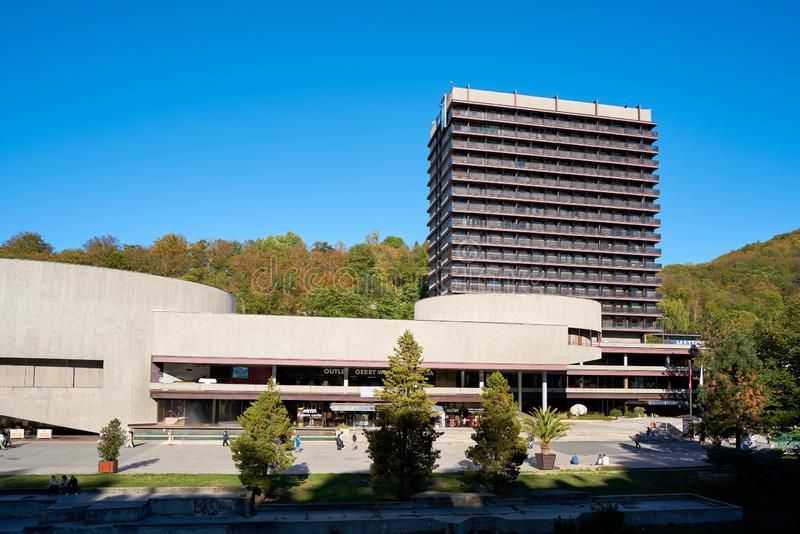 Hotellet som är termiskt på kanten av den gamla staden av Karlovy, varierar i Tjeckien royaltyfri bild