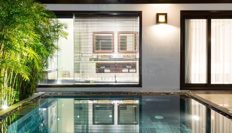 Lyxigt hotellrum med simbassängen och gömma i handflatan. royaltyfria bilder