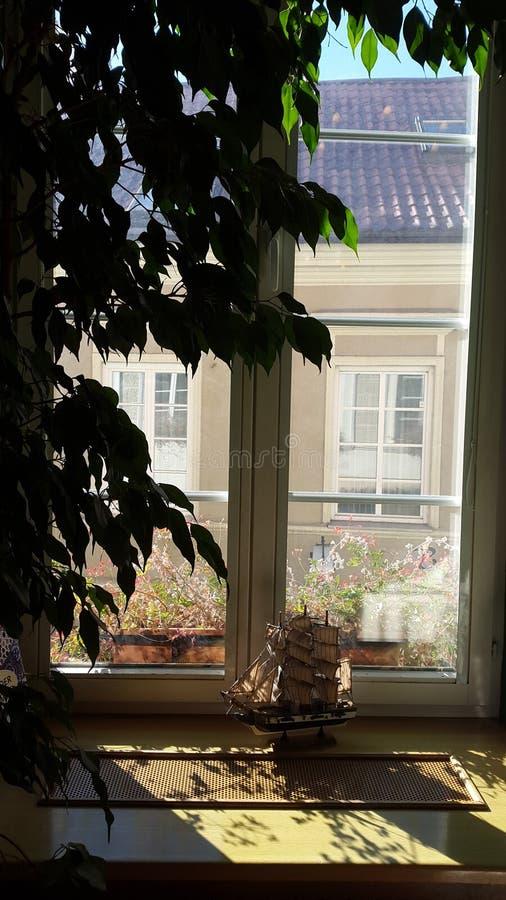 Hotellfönster med fönsterfönsterbrädan arkivfoton