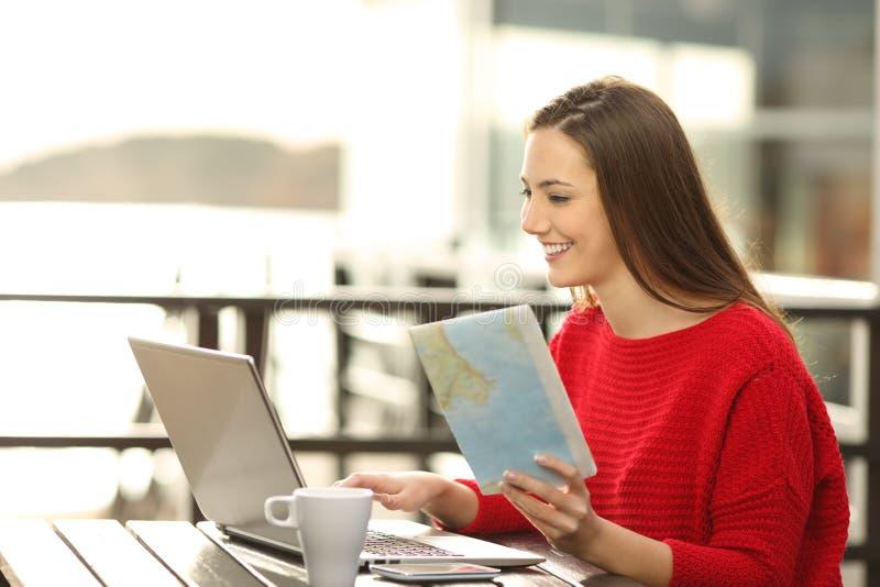 Hotellgäst som söker online-information på semester arkivbild