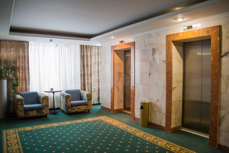 Hotellinre Möblemang och hissar i hallet royaltyfria bilder