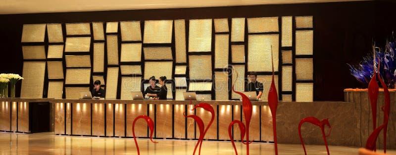 Hotellmottagandeskrivbordet arkivfoto