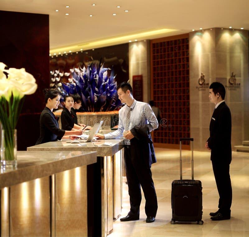 Hotellmottagandeskrivbordet royaltyfria foton