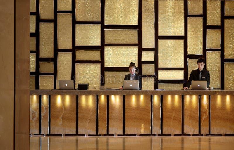 Hotellmottagandeskrivbordet arkivbild