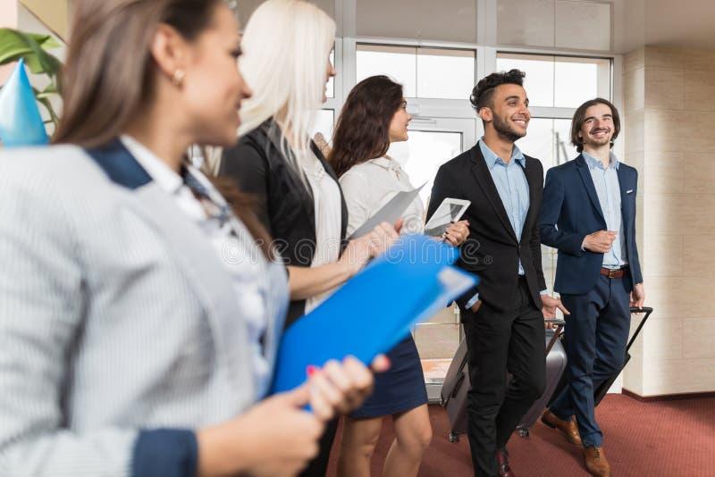 HotellreceptionistMeeting Business People grupp i lobby royaltyfri bild