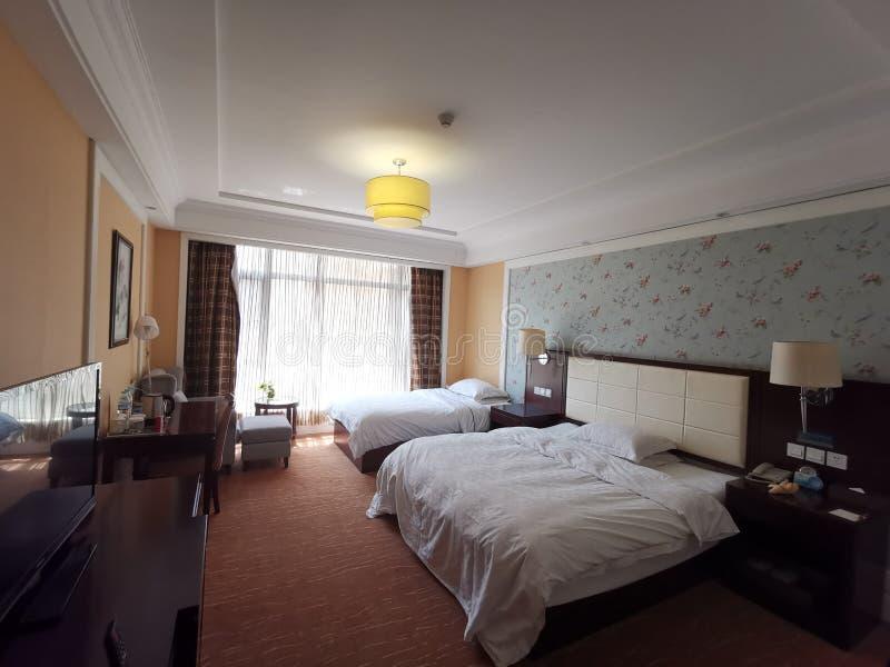 Hotellrum Interier - två sängar royaltyfria foton