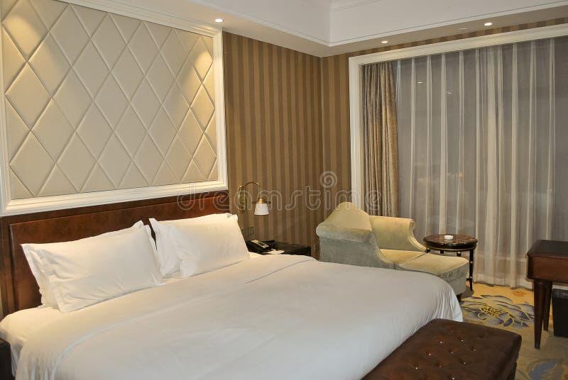 Hotellrum med stor säng arkivfoton