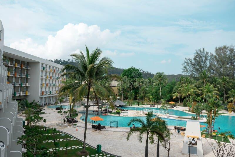 Hotellsemesterort och simbass?ngomr?de i strand Batam, Indonesien, Maj 4, 2019 arkivfoton