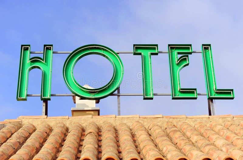 Hotellsignage överst av taket arkivbild