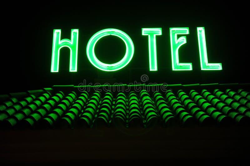 Hotellsignage överst av taket vid natt royaltyfri bild