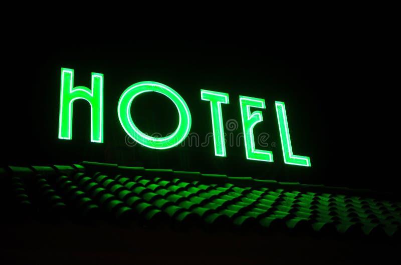 Hotellsignage överst av taket vid natt royaltyfri fotografi