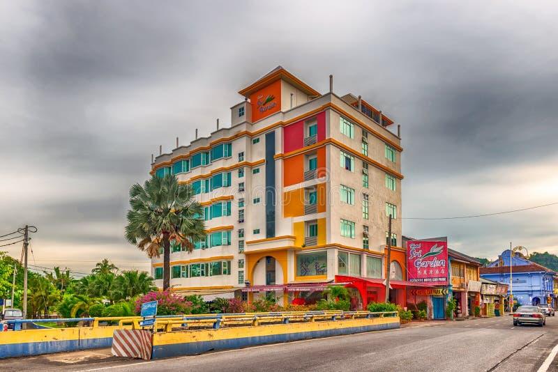HotellSri trädgård och byggnaderna på den Jalan Kangar vägen i Kanga arkivfoto
