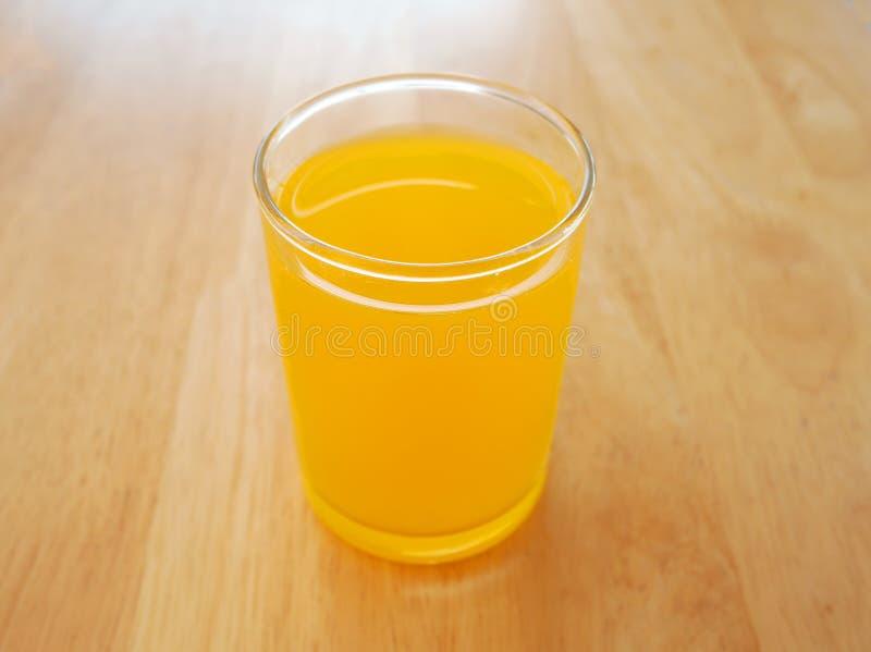 Hotellstilexponeringsglas av orange fruktsaft arkivbild