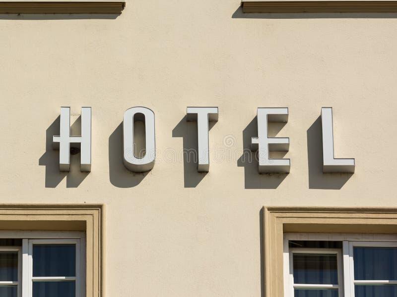 Hotelltecken på byggnad arkivbilder