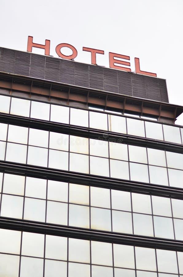 Hotelltecken på byggnad - hotellbegrepp royaltyfria bilder