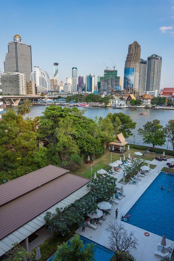 Hotellträdgård med pöl-, sundeck- och stadssikt ovanför sikt arkivfoton