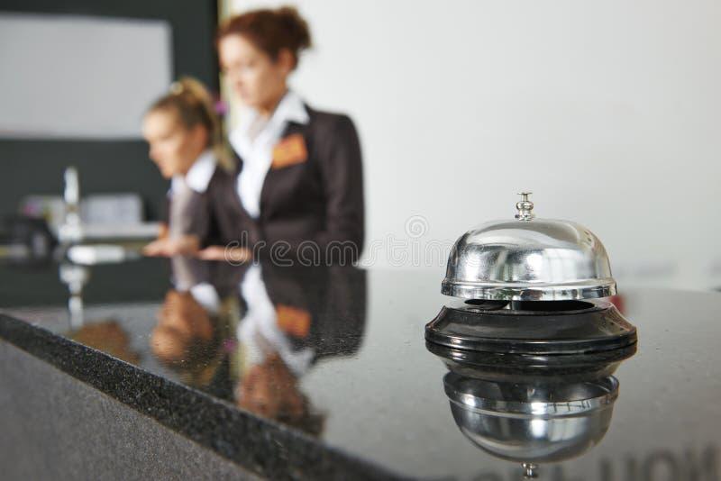 Hotelontvangst met klok royalty-vrije stock fotografie