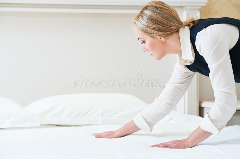 Hotelowa usługa Robić robi łóżku w pokoju obrazy stock