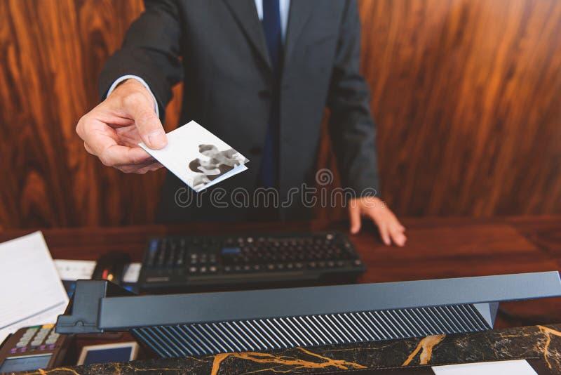 Hotelowego kierownika mienia przepustka w ręce obraz stock