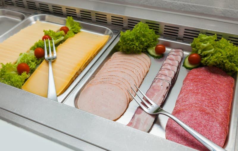 Hotelowego lunchu bufeta warzyw serowego Śniadaniowego kiełbasianego salami rozwidlenia mięsna chłodziarka świeża obraz royalty free
